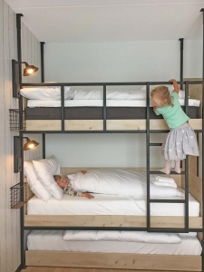 Kids in een stapelbed - Guesthouse Hotel